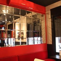 También, la colocación de espejos de diseño ayudan a reforzar la decoración