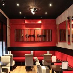 Salón principal decarado con colores rojos y negros