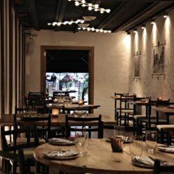 Vista general del salón de planta alta, Diseño bar moderno