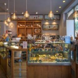 Diseño y Decoración Cafetería expositor principal